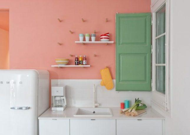 Pastelroze keukenwand