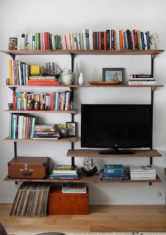 Houten plankensysteem als TV meubel