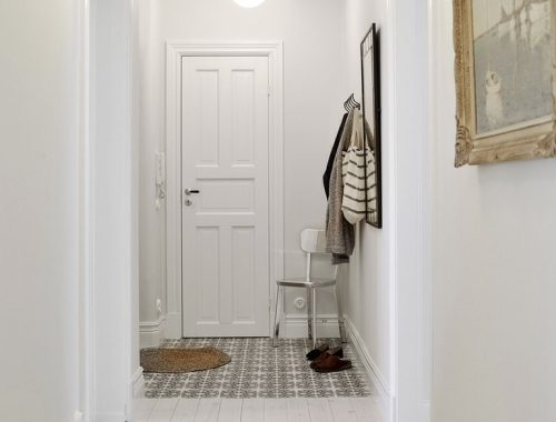 Overloop van tegels naar houten vloer in de hal