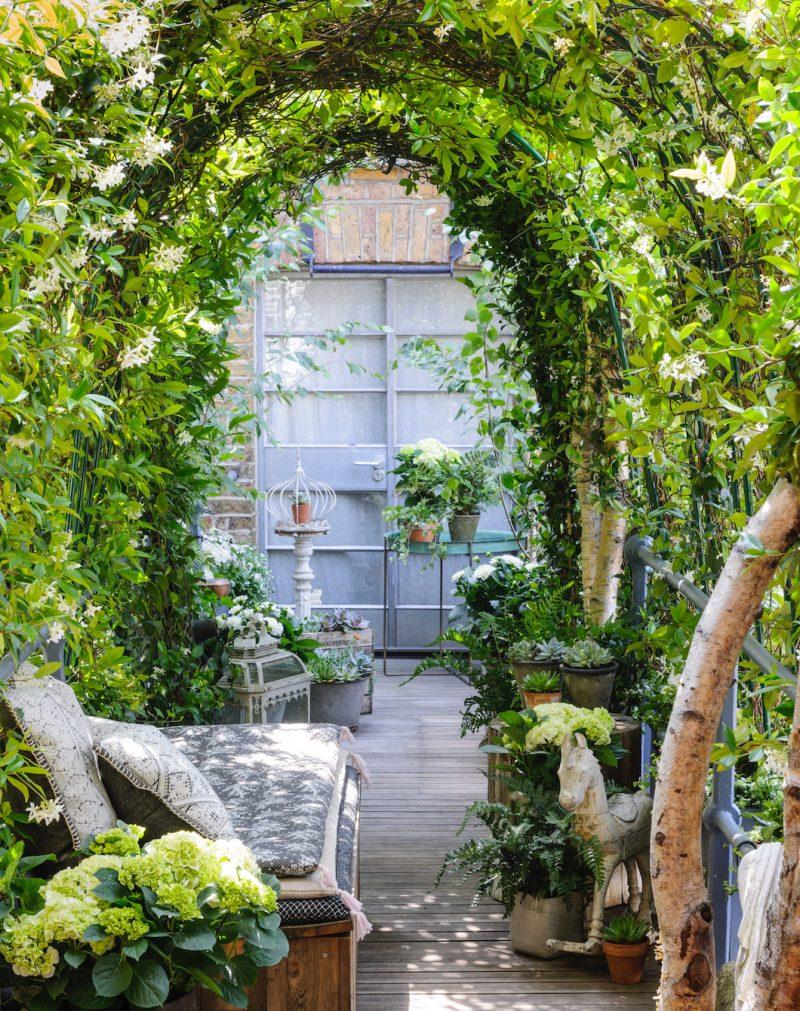 Garden Club Londen ontwierp deze romantische tuin, met onder andere een geweldige boog met daaronder een romantische zitplek.