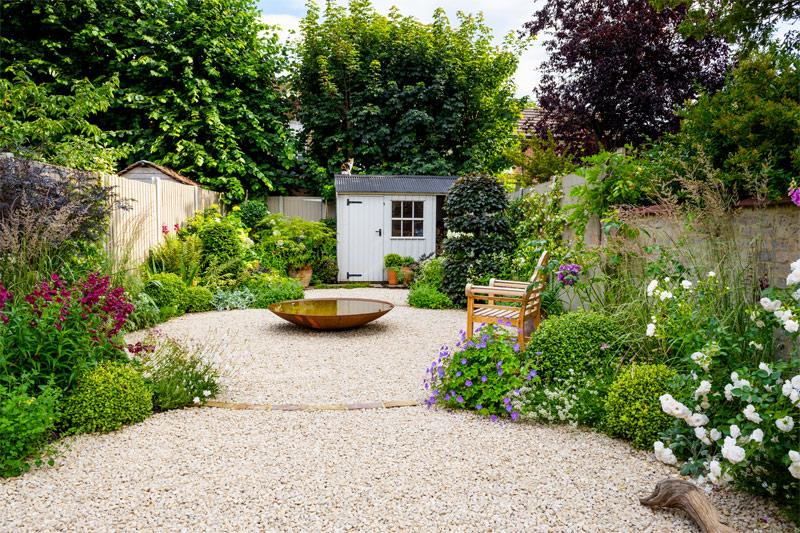 Een romantische grindtuin met mooie geurende bloemen en groene planten - Ontwerp door Garden Club Londen.