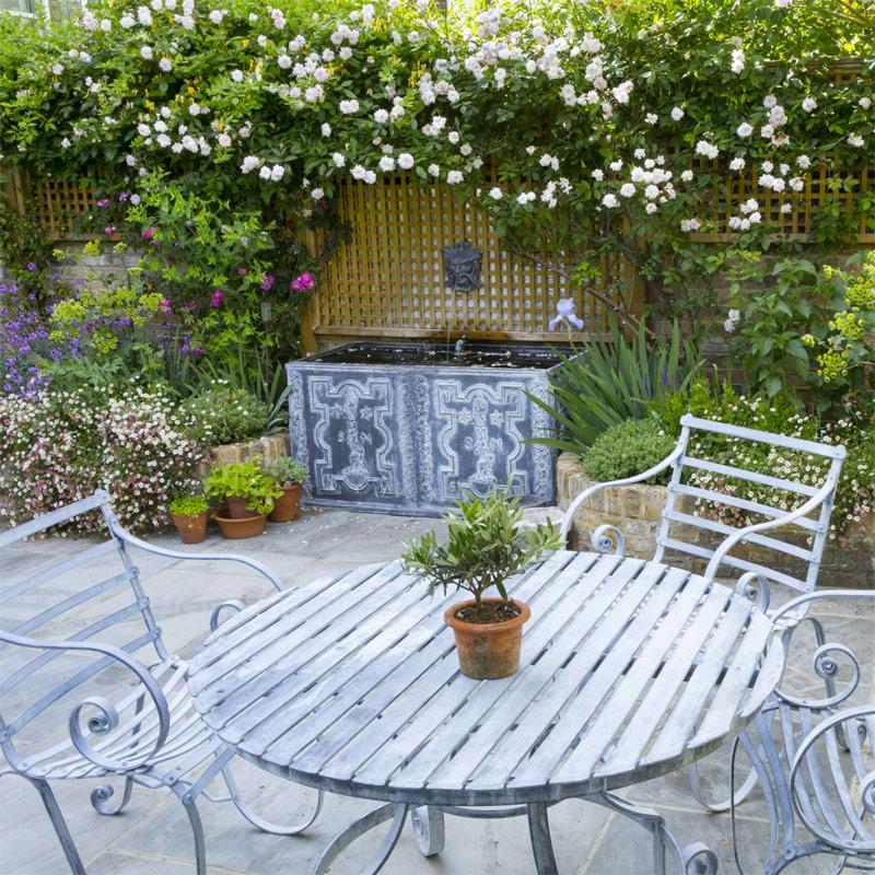 Garden Club Londen koos voor een klein, maar super mooi waterornament, die perfect past in deze kleine romantische tuin.