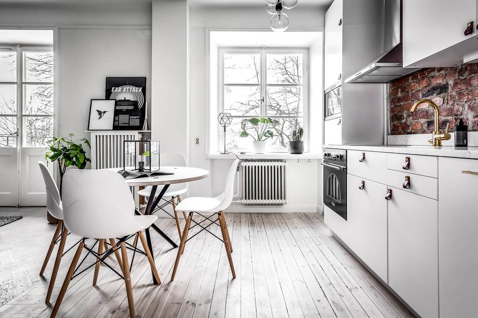 Klein appartement met een grote glazen wand als blikvanger interieur inrichting - Keuken open voor woonkamer klein gebied ...