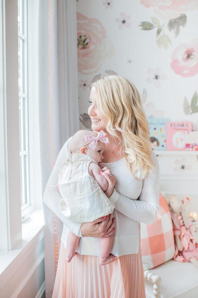 Roze babykamer met bloemenbehang