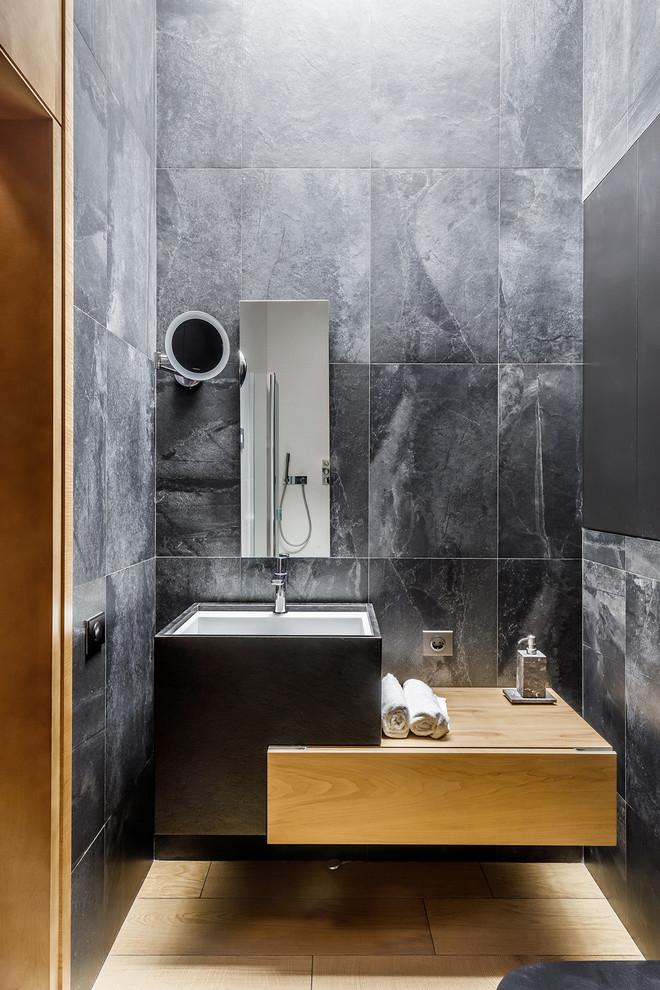 Ruim toilet met houten vloer en betonlook tegels
