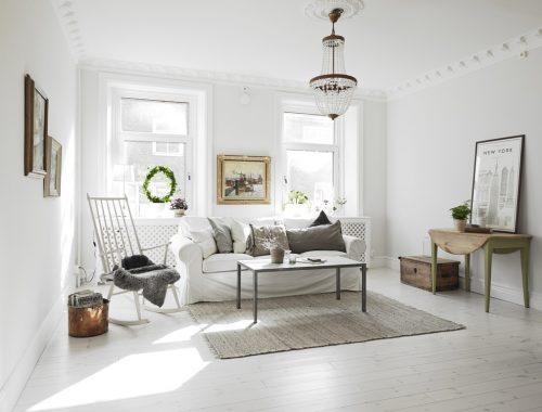Ruime, lichte woonkamer met half open keuken