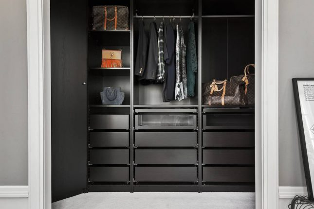 Ruime slaapkamer met inloopkast in een klein appartement van 50m2 ...