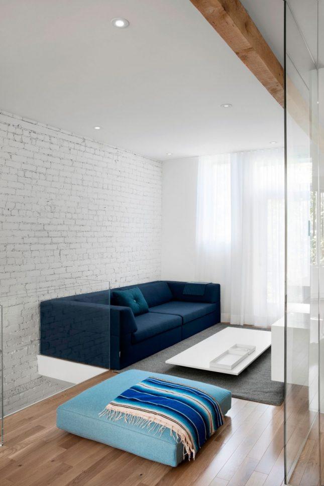 Ruimtelijke smalle woonkamer door glazen wand interieur for Wand woonkamer