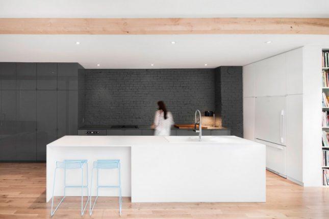 De ruimtelijkheid van de smalle woonkamer wordt ook versterkt door de ...