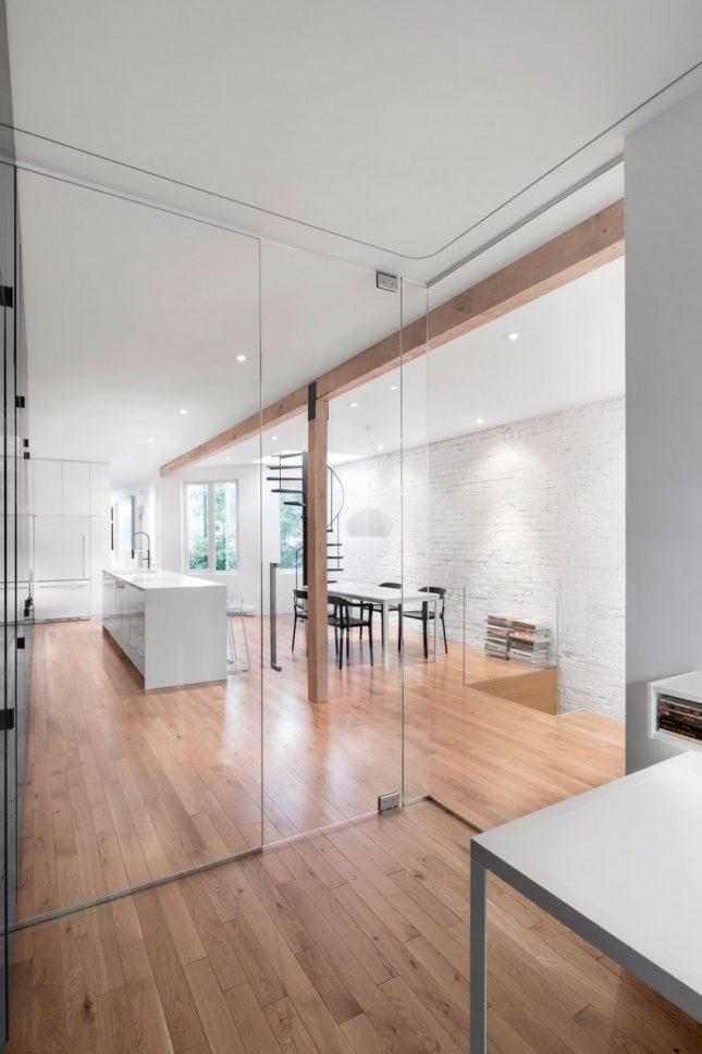 Ideeen Smalle Woonkamer : Woonkamer loft open keuken smalle witte ...
