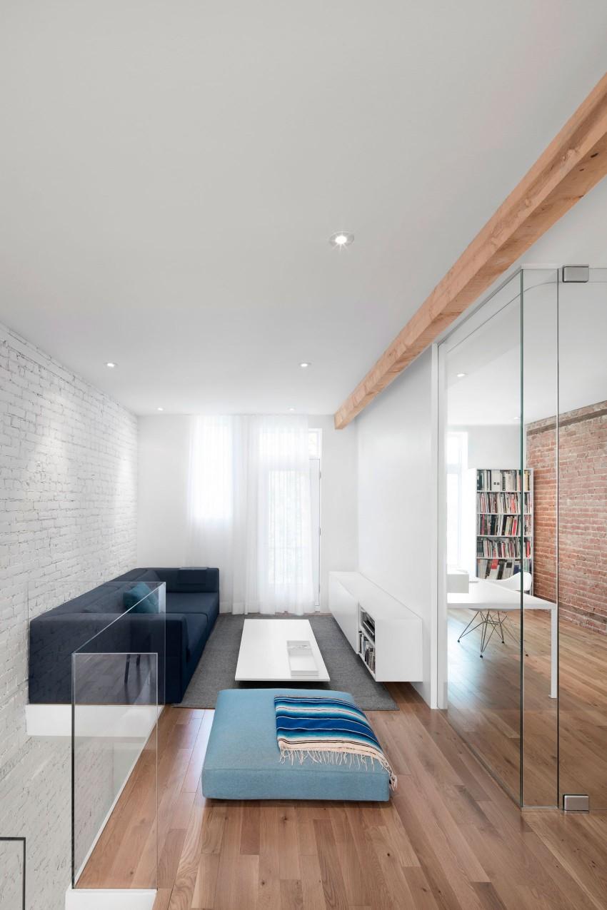 Ideeen Smalle Woonkamer : Ruimtelijke smalle woonkamer door glazen ...