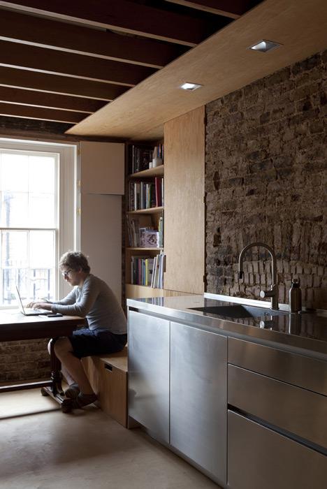Rvs keuken gecombineerd met multiplex interieur inrichting for A frame house kitchen design