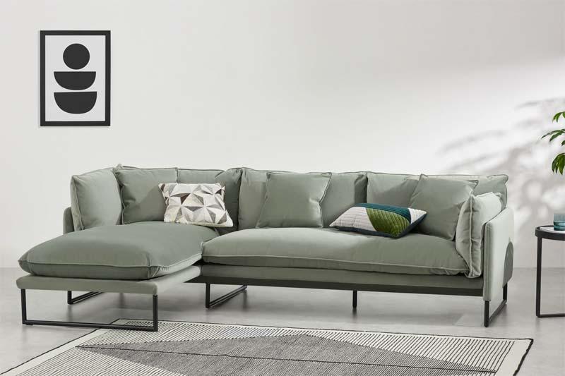 Dit is de mooie Malini bank van Made.com in de kleur Sage green.