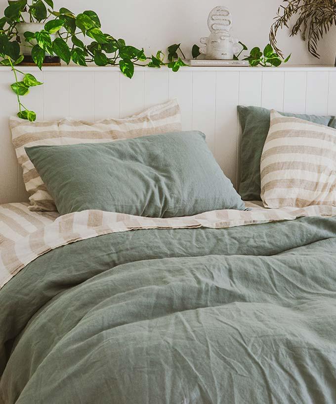 Sage green werkt niet alleen met rijke aardse tinten, maar ook met onze klassieke en neutrale kleuren. In deze slaapkamer heeft I Love Linen Sage green gestyled met Natural en Milk Thick Stripes, waardoor een dynamische set complementaire Franse linnenkleuren is ontstaan.