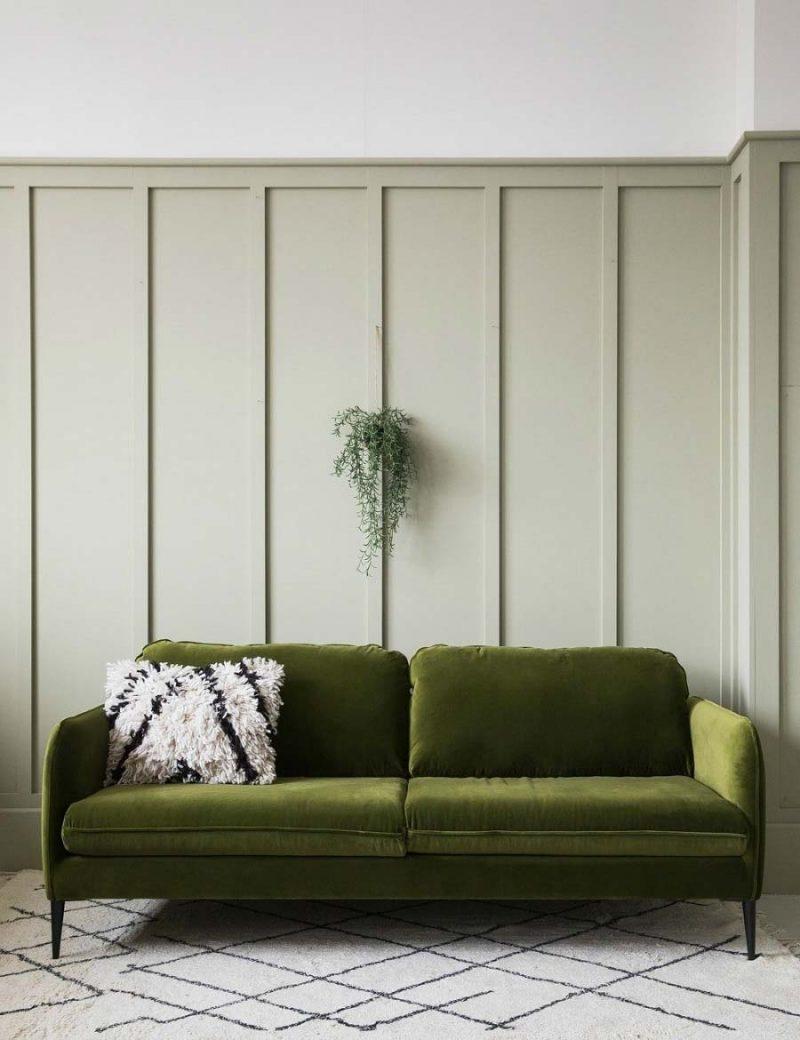 In deze woonkamer zie je hoe mooi het is om een Sage green muur te combineren met een fluwelen mosgroene bank.