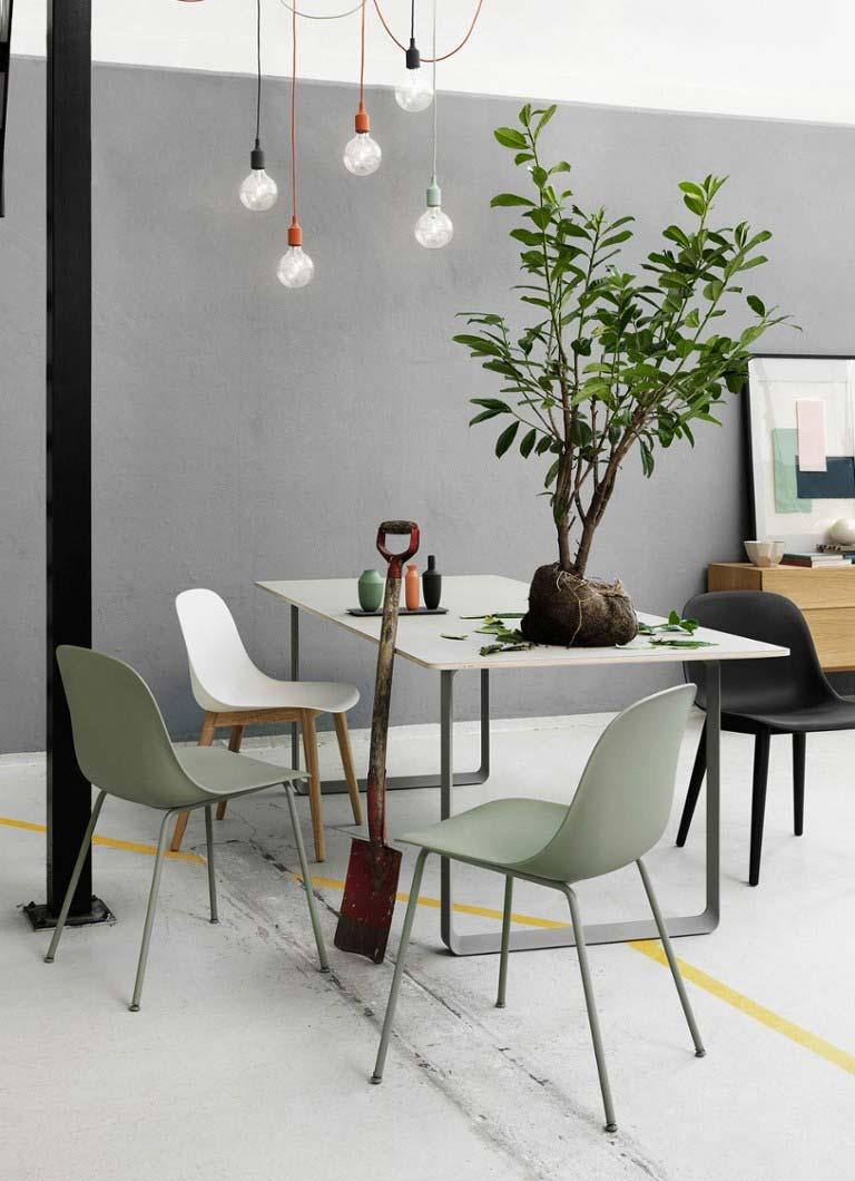 Dit zijn de mooie Sage green Fiber Side Chair eetkamerstoelen met stalen poten van Muuto.