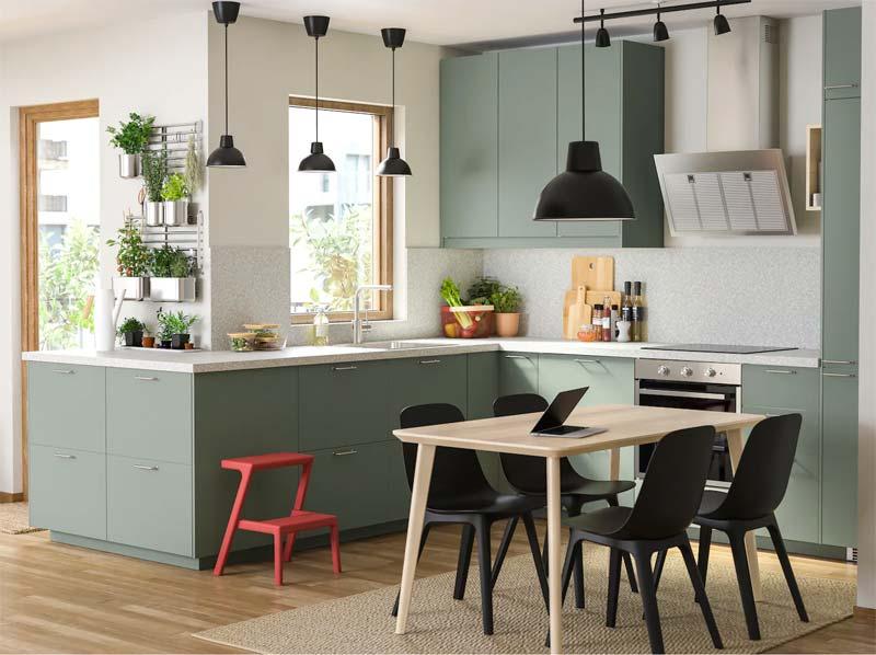 Deze strakke moderne Sage green keuken is van IKEA.