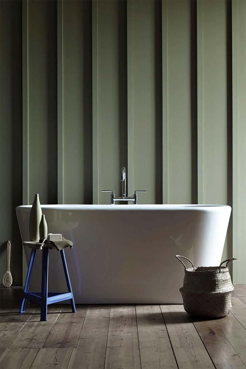 De muur in deze badkamer bij het moderne vrijstaand bad is geverfd met de muurverf Sage Green no. 80 van Little Greene.