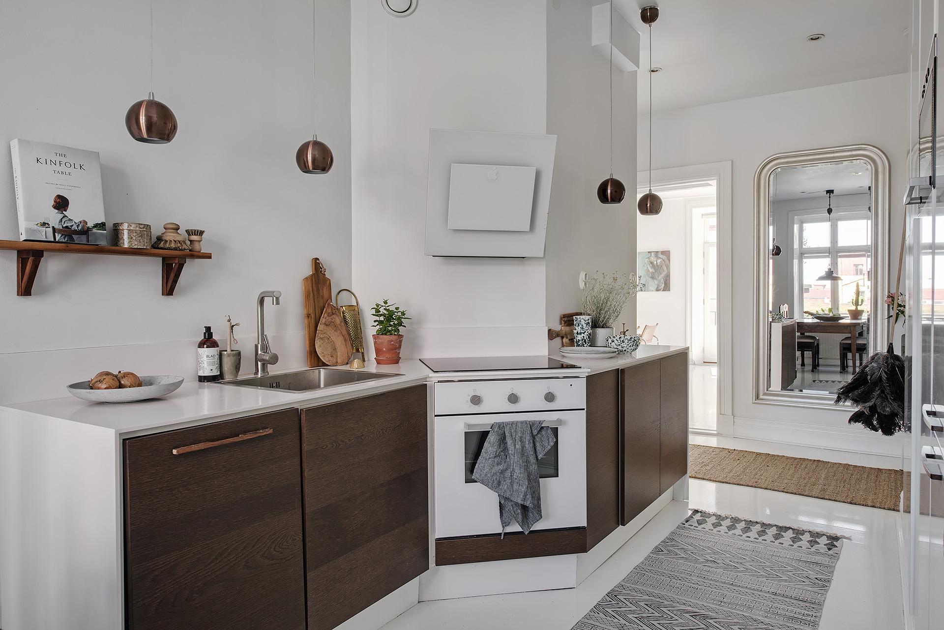 Scandinavische hal met open keuken
