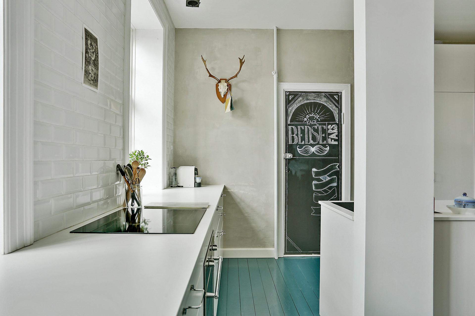 Scandinavische keuken met blauwe vloer
