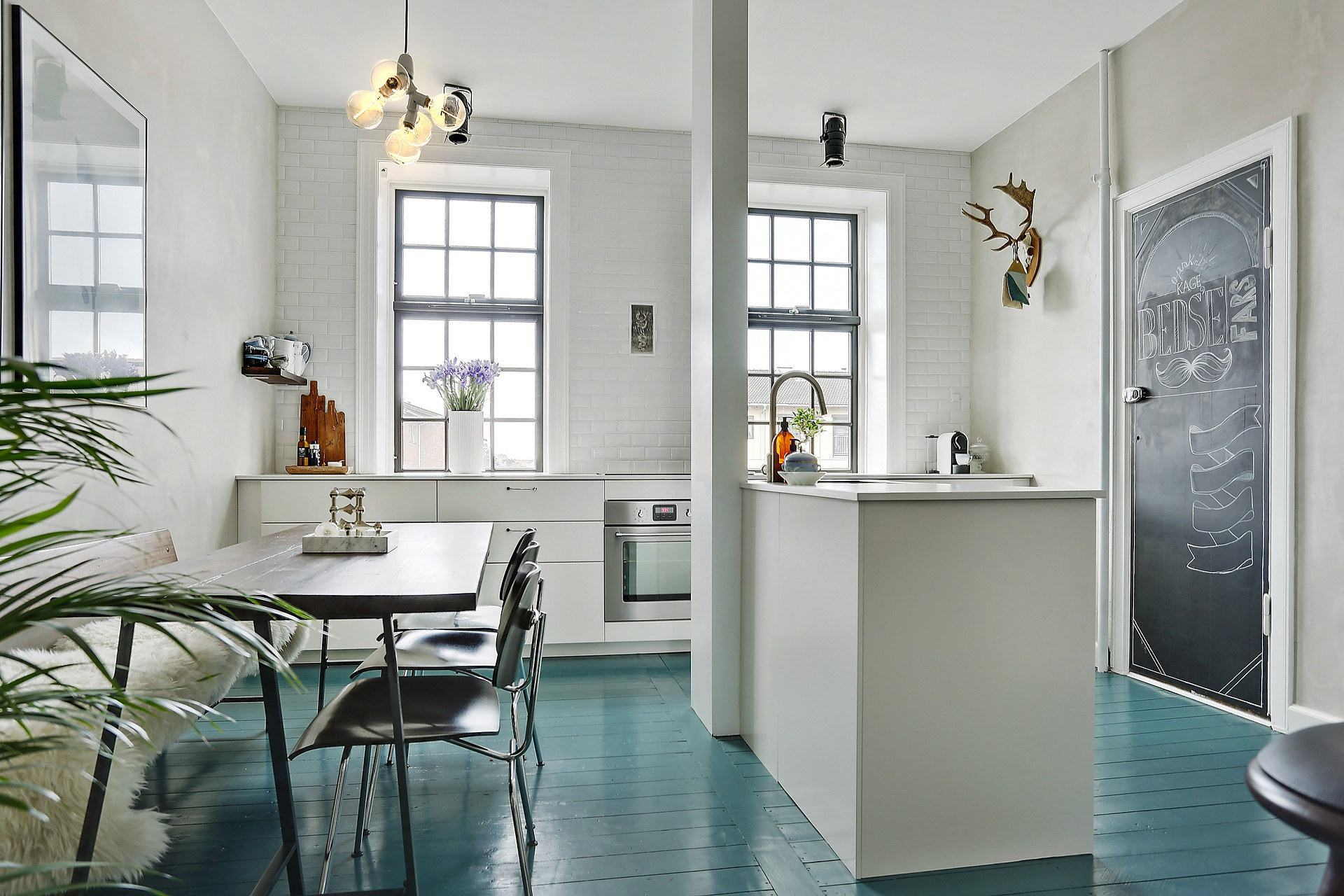 Scandinavische keuken met blauwe vloerinterieur inrichting