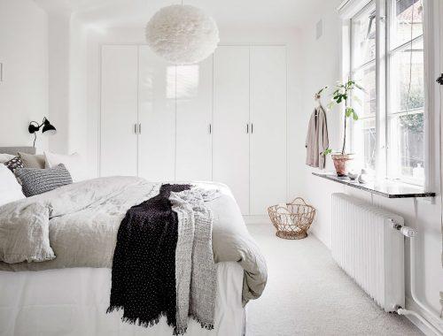 Scandinavische slaapkamer met inbouwkast uit Göteborg