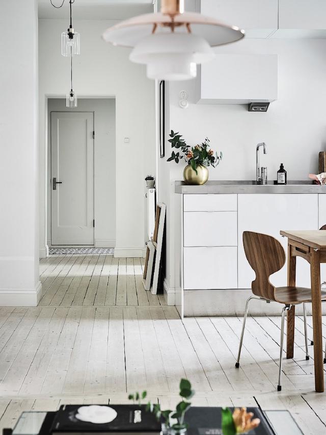 Scandinavische woonkamer met zwart, wit en bruintinten | Interieur ...