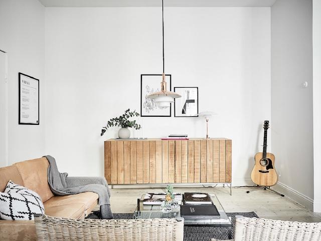 Scandinavische woonkamer met zwart, wit en bruintinten
