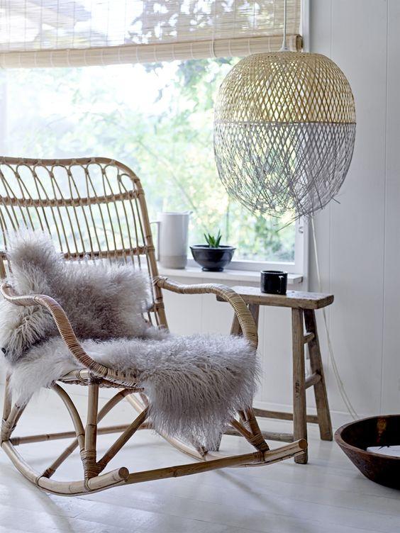 Schapenvacht op een schommelstoel