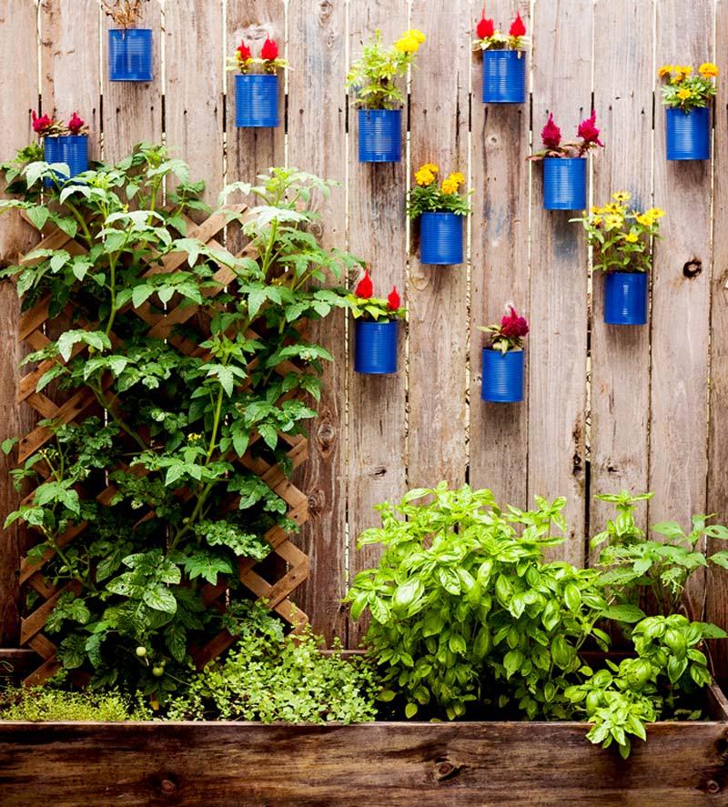 schutting decoratie blikken potten bloemen