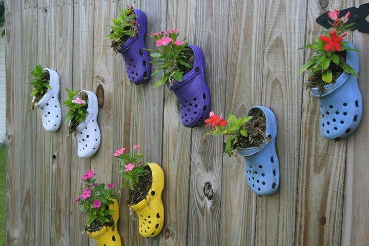 schutting decoratie crocs planters