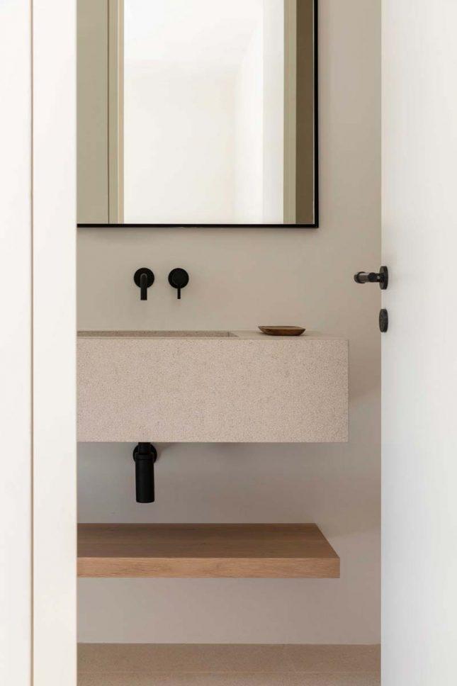 serene badkamer houten plank onder wastafel