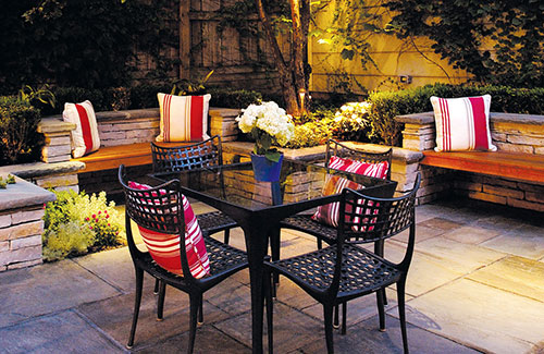 Sfeervolle tuin met balkon terras