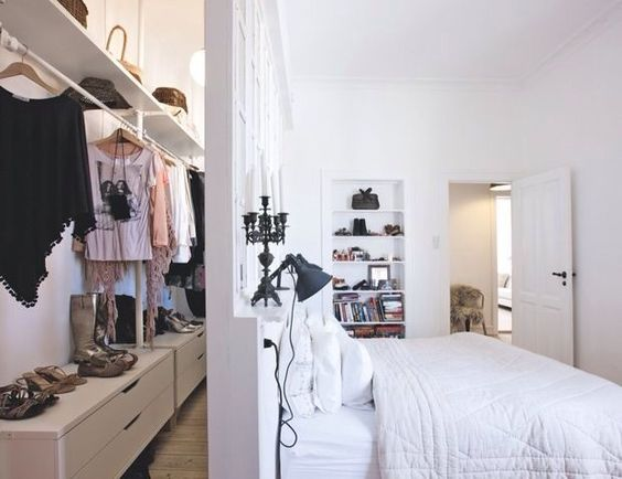 Slaapkamer Ideeen Afbeeldingen : Bedroom with Closet Behind Bed