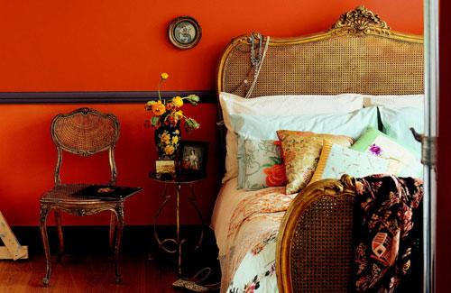 Bohemian Style Slaapkamer : Een fel oranje/rood achtige muur trekt hier de volle aandacht.