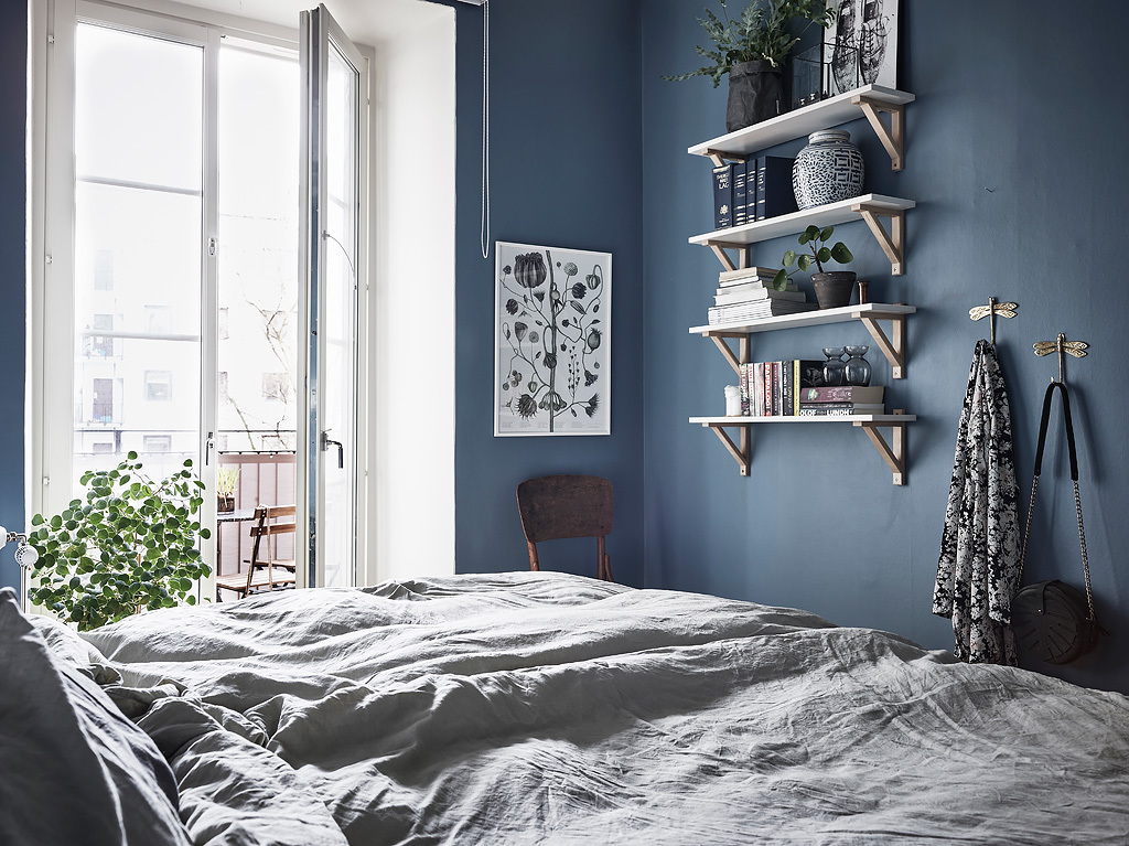Slaapkamer met mooie blauwe muren interieur inrichting