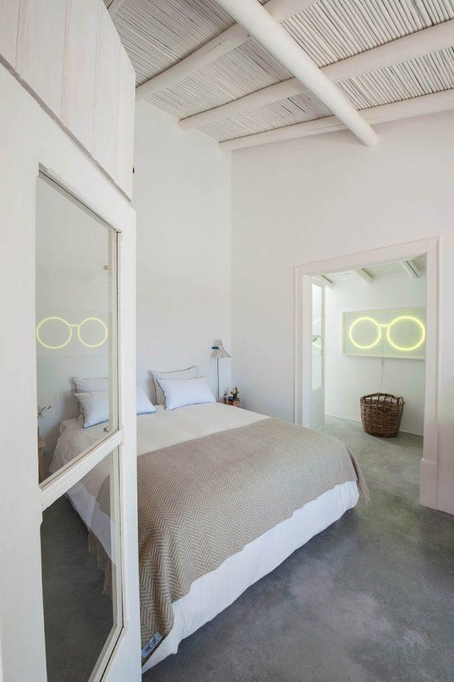 Slaapkamers met strakke witte wanden en betonvloer | Interieur ...