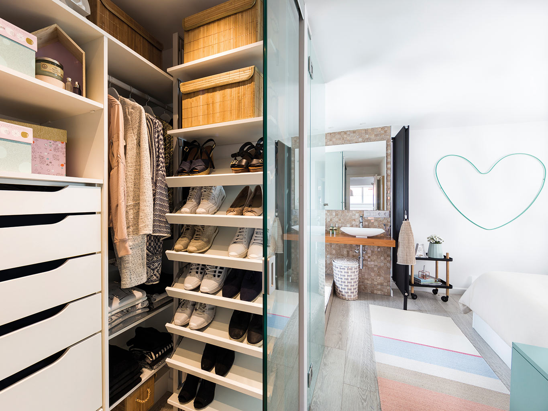 Slaapkamer suite met open badkamer en compacte inloopkast ...