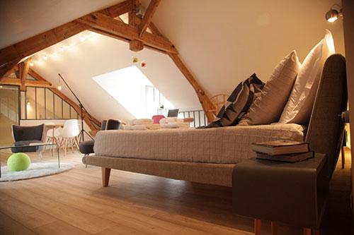 Slaapkamer op zolder bij een franse b b interieur inrichting for Slaapkamer op de zolderfotos