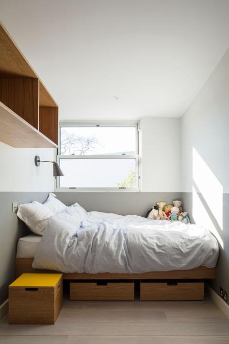 Smalle kinderkamer met maatwerk meubels van multiplex