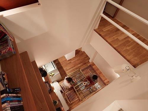 Smalle woning interieur door Fujiwaramuro Architects