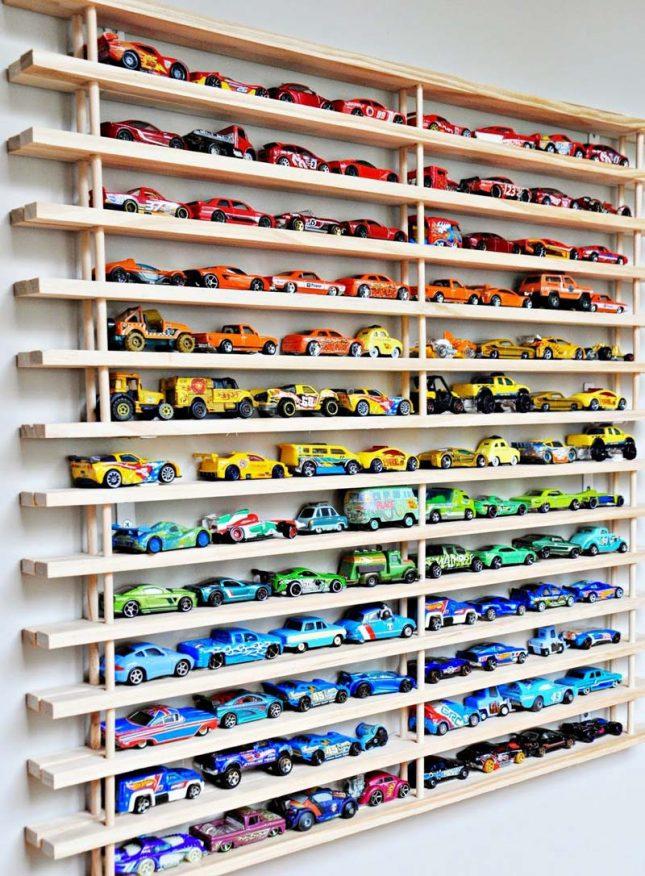 Speelgoed opbergen wand met auto's