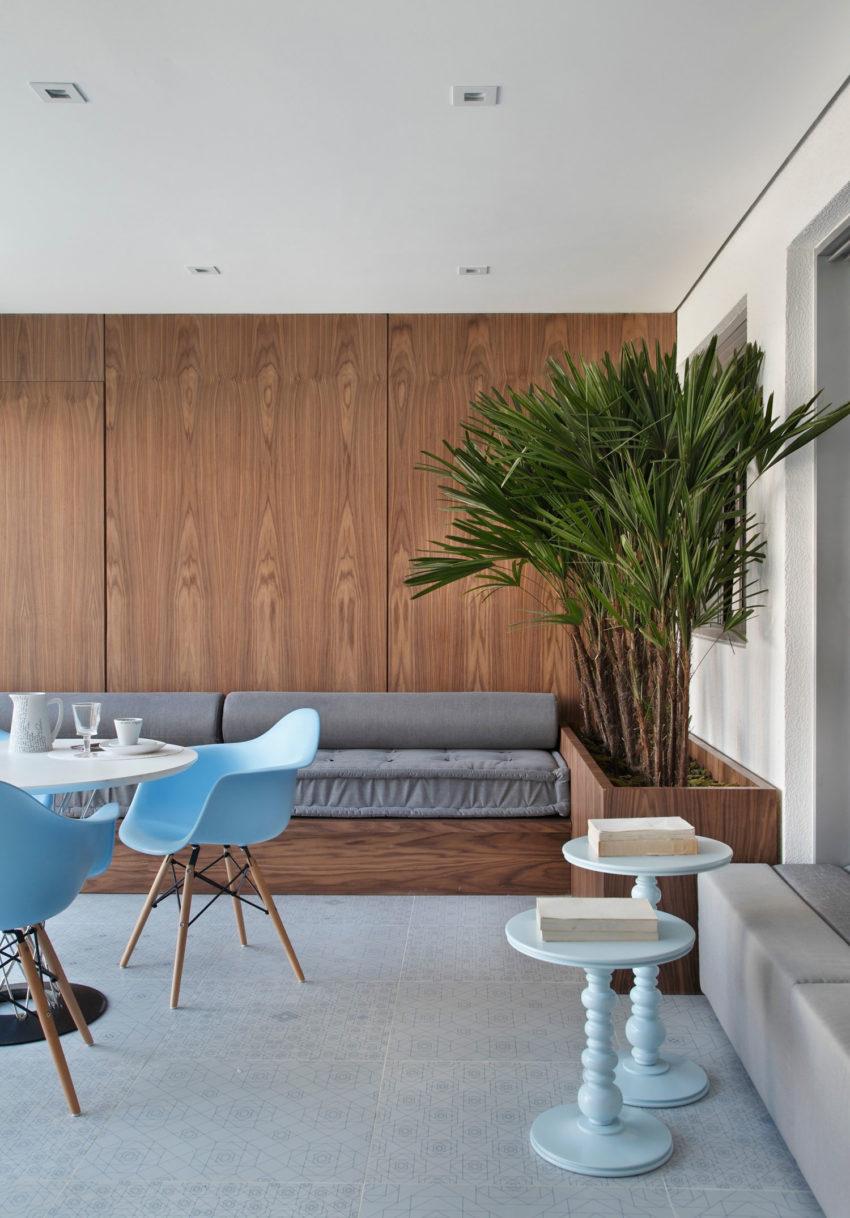 Speelse moderne woonkamer met marmer en kastanjehout