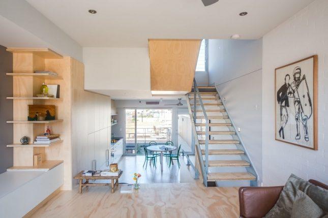 Speelse moderne woonkamer met underlayment