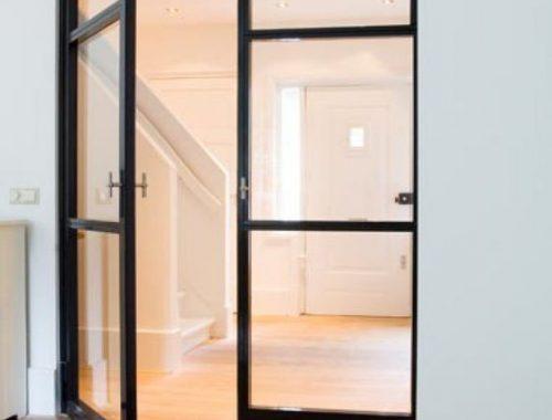 Stalen deur tussen hal en woonkamer of keuken
