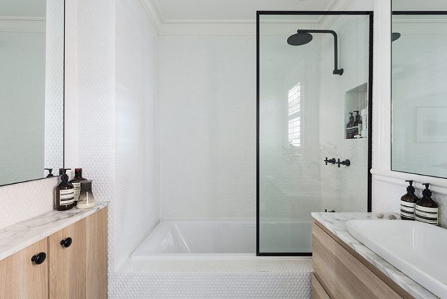 stalen douchewand op bad