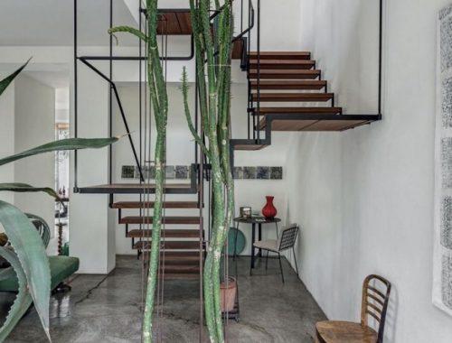 Stalen trap met drie bochten