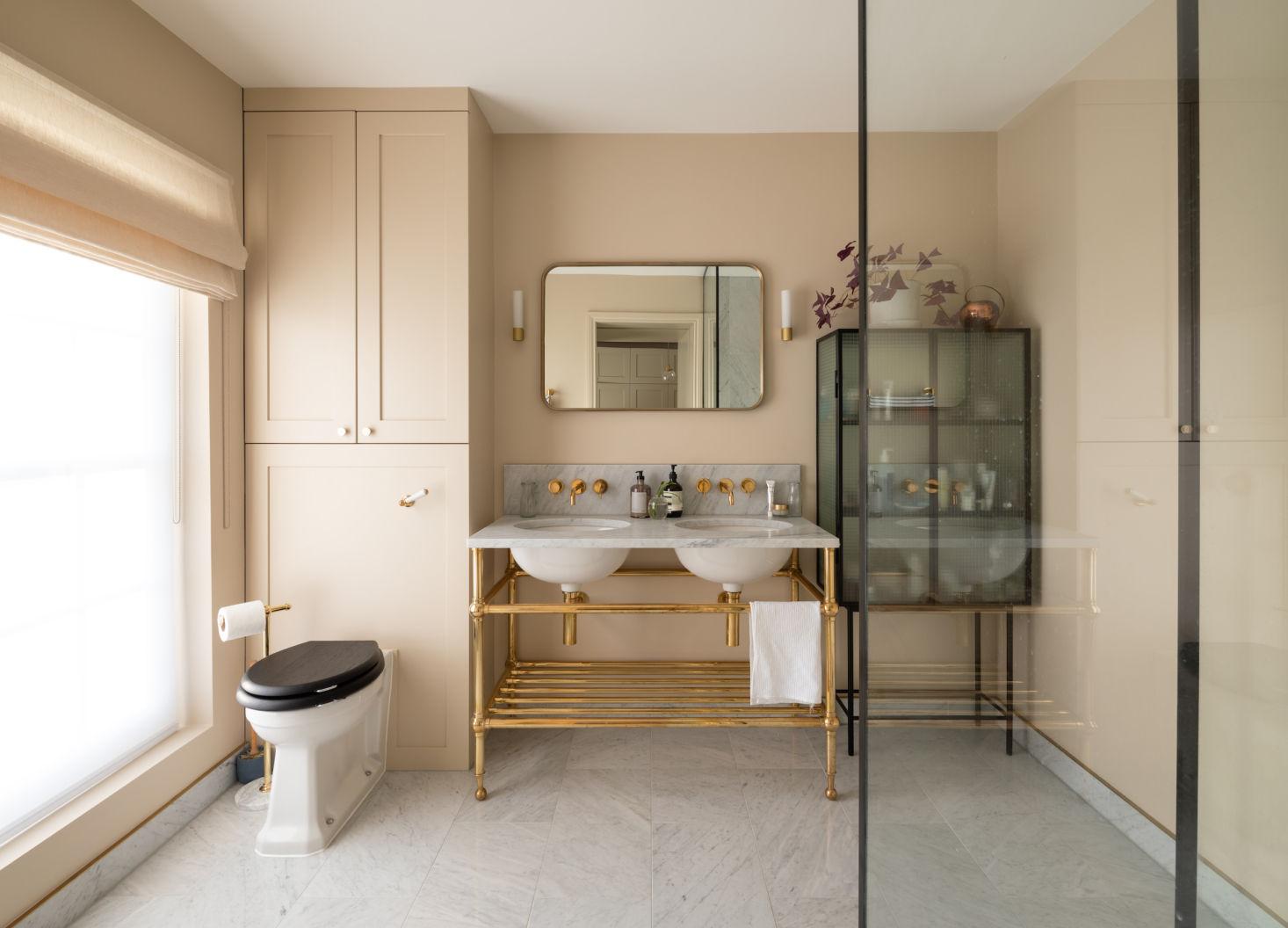 stalen vitrinekast in badkamer
