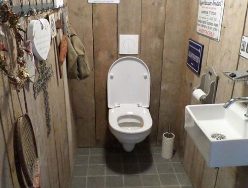 Steigerhouten muren in toilet