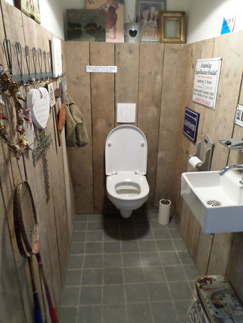 Steigerhouten muren in toilet interieur inrichting - Wc decoratie ideeen ...